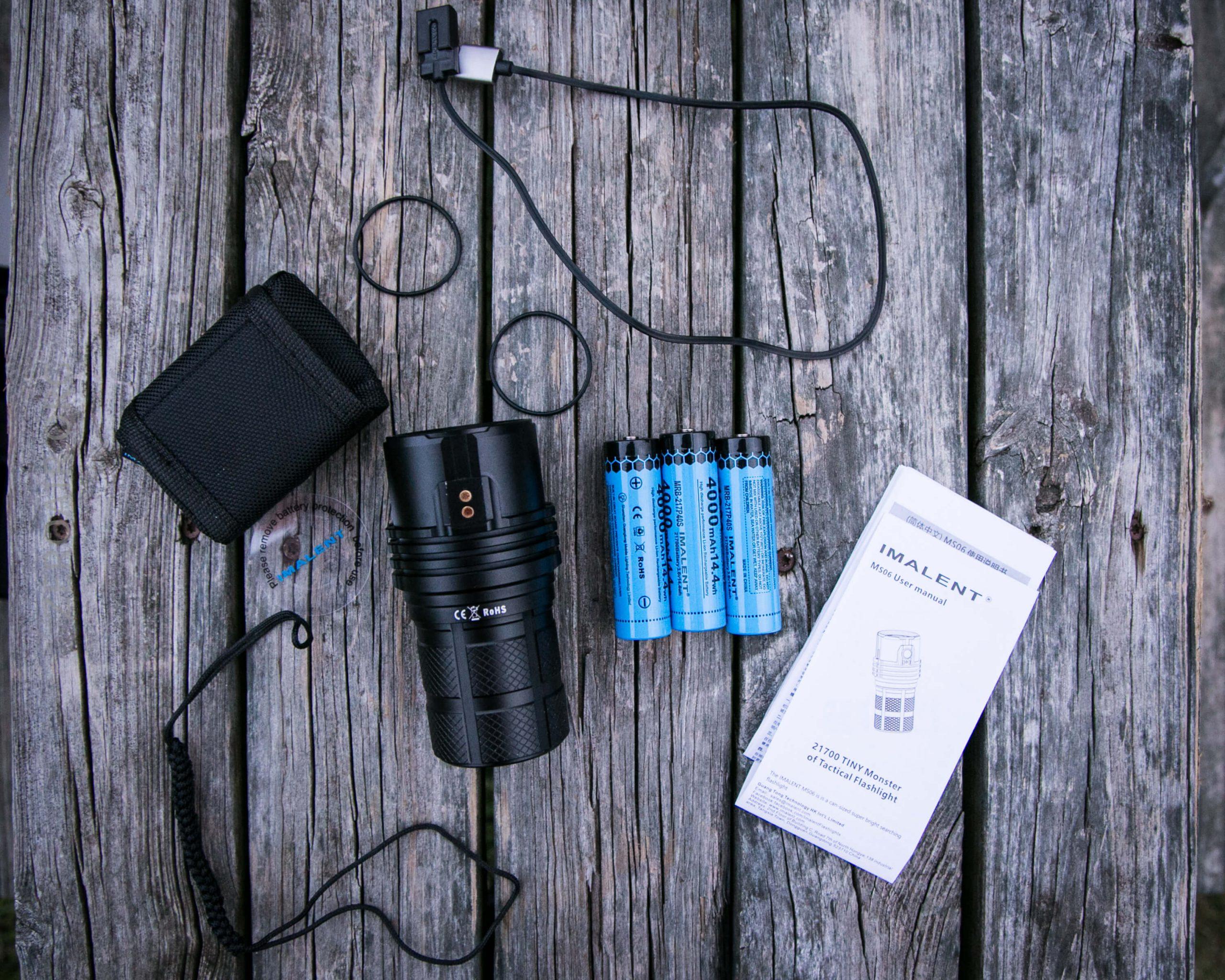 چراغ قوه به همراه باتری و دفترچه راهنما